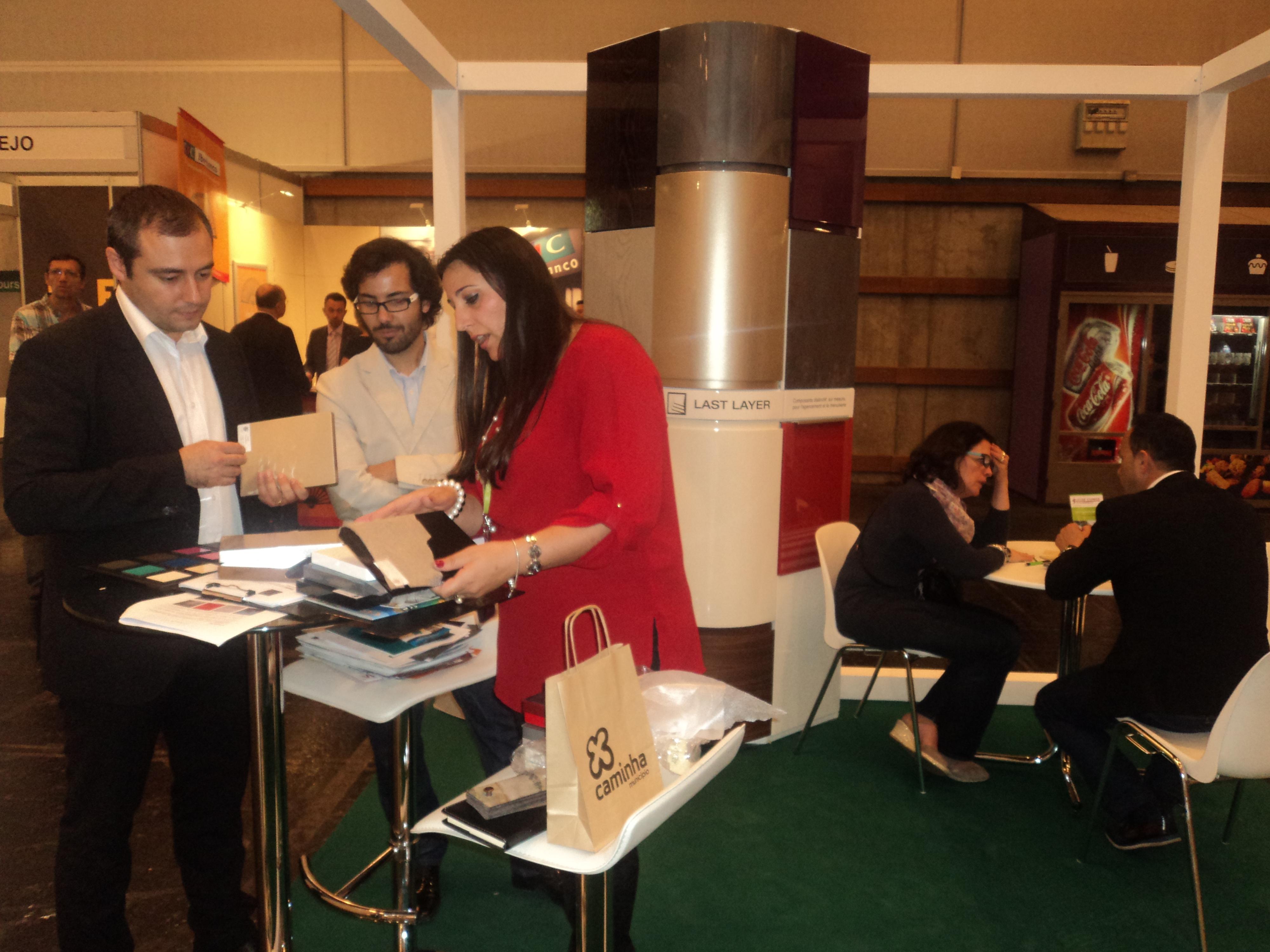 interação dos empresarios com visitantes